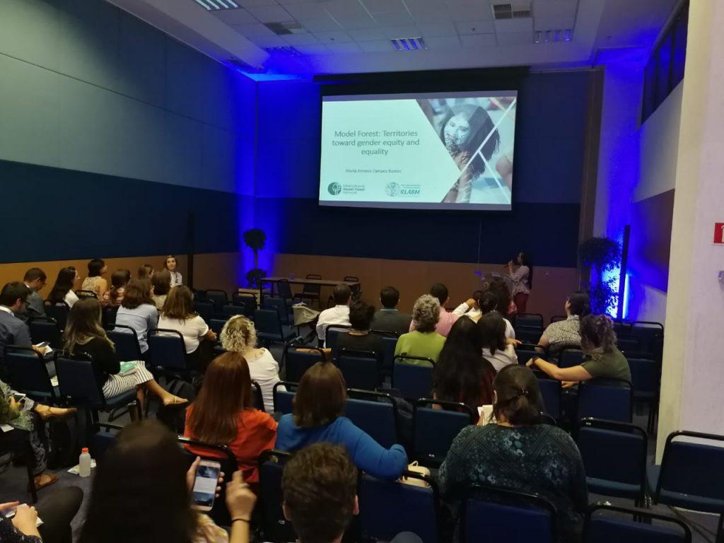 Maria Ximena Campos de la Secretaría de la Red Latinoamericana de Bosques Modelo presentando sobre equidad de género y Bosques Modelo
