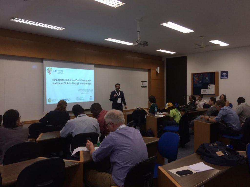 Leo Duran de la Secretaría de la Red Latinoamericana de Bosques Modelo presentando sobre investigación en Bosques Modelo
